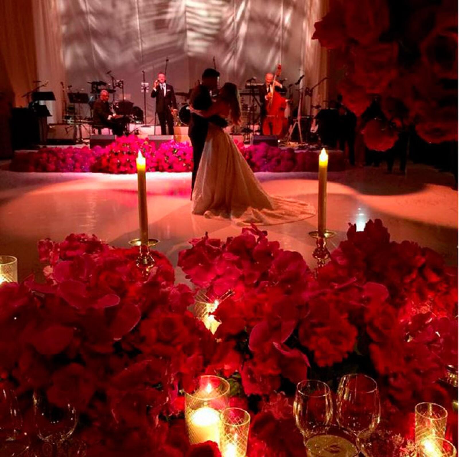 Uno de los momentos más románticos de la noche fue el primer baile como marido y mujer.