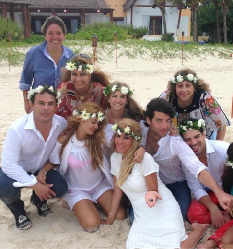 Paulina y sus amigos lucieron prendas blancas y coronas de flores para la celebración.