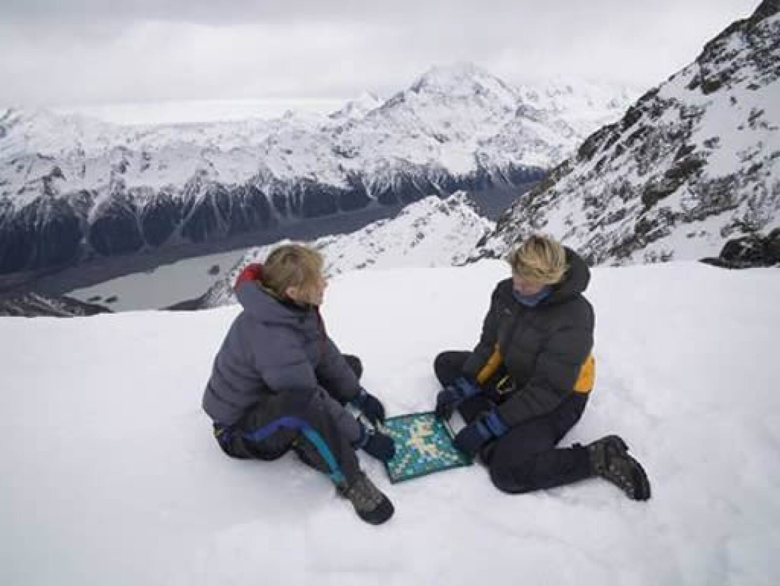 El juego estuvo más que frío cuando los fanáticos Nicola Graham y Bim Hargreaves tomaron un descanso de su excursión a 2749 metros sobre el nivel del mar en el Monte Cook en Nueva Zelanda para jugar.