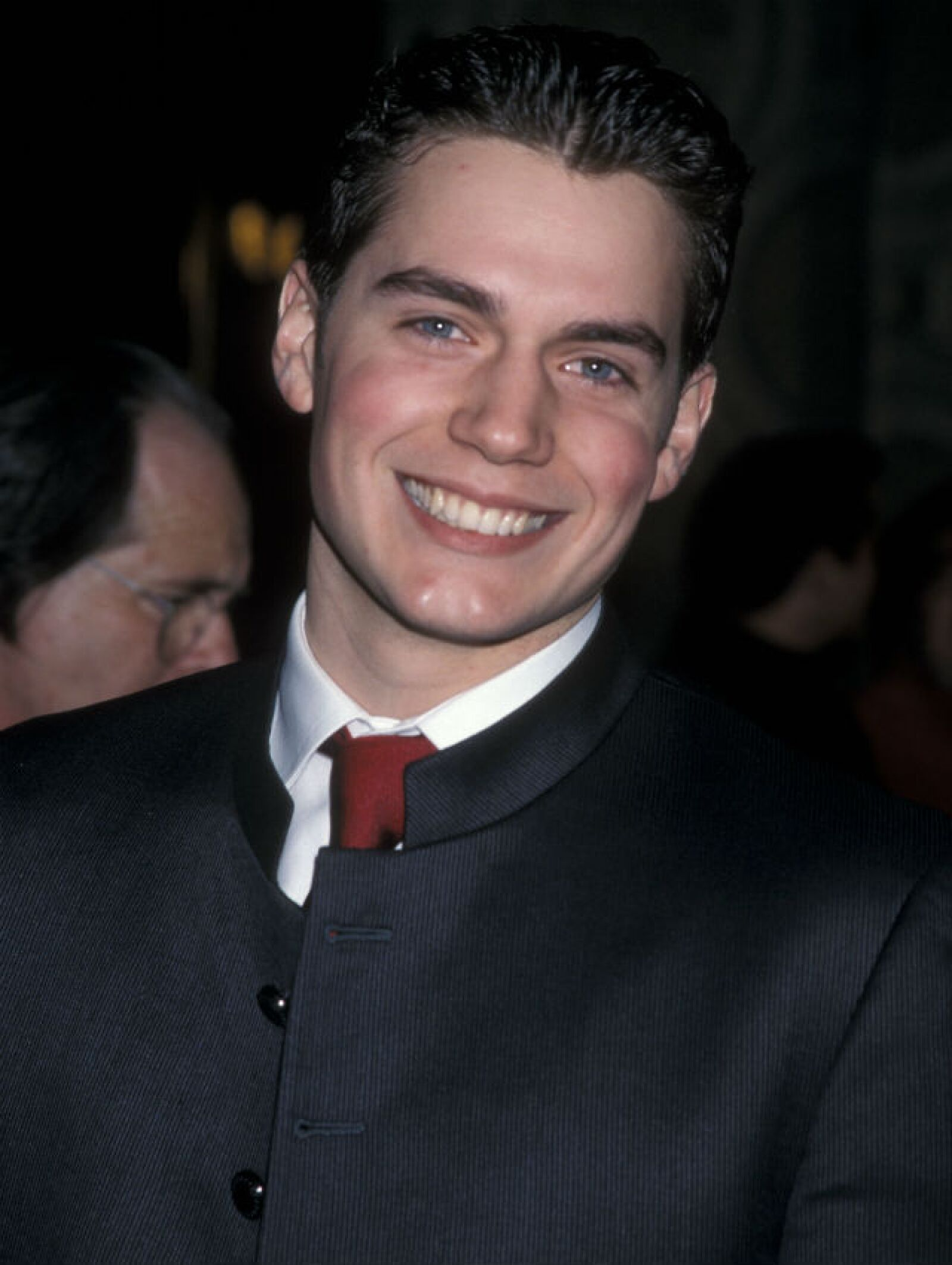 Un muy joven Henry Cavill en la premiere de Monte Cristo en 2002.