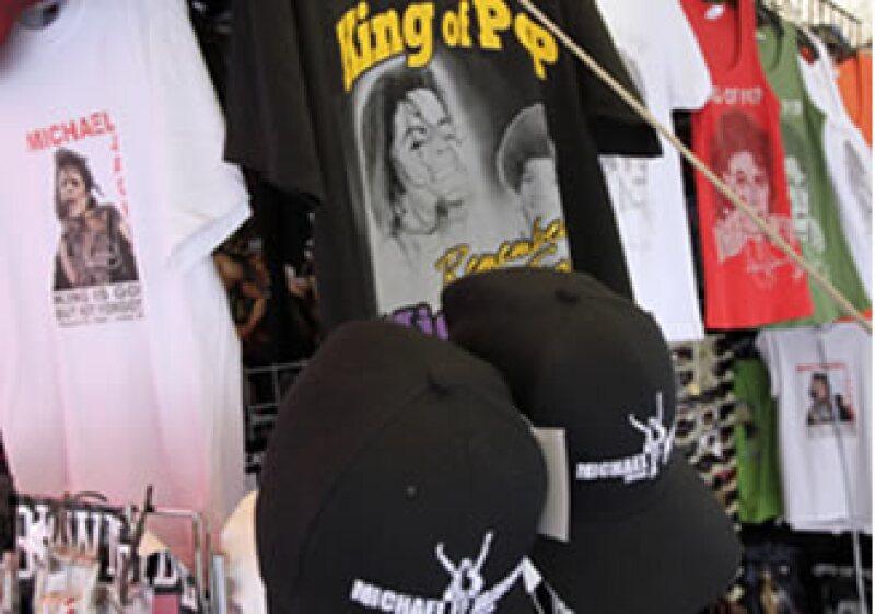 Vendedores ofrecen camisetas y gorras con la imagen de Michael Jackson, posiblemente sin autorización, en el centro de Los Ángeles. (Foto: AP)