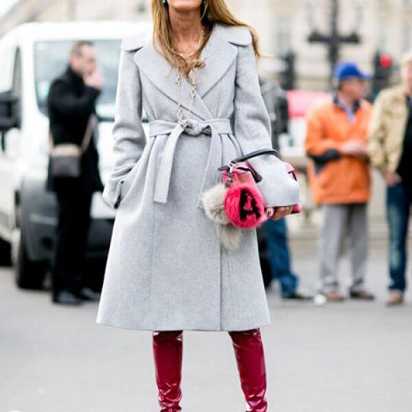 Dile sí a botas altas y de un color atrevido, y combínalas con abrigos en tonos neutros.