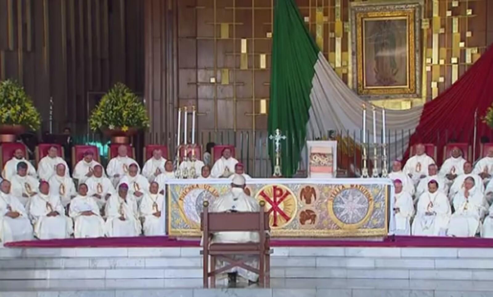 El papa pidió que se guardara silencio para reflexionar sobre las enseñanzas de la Virgen de Guadalupe.