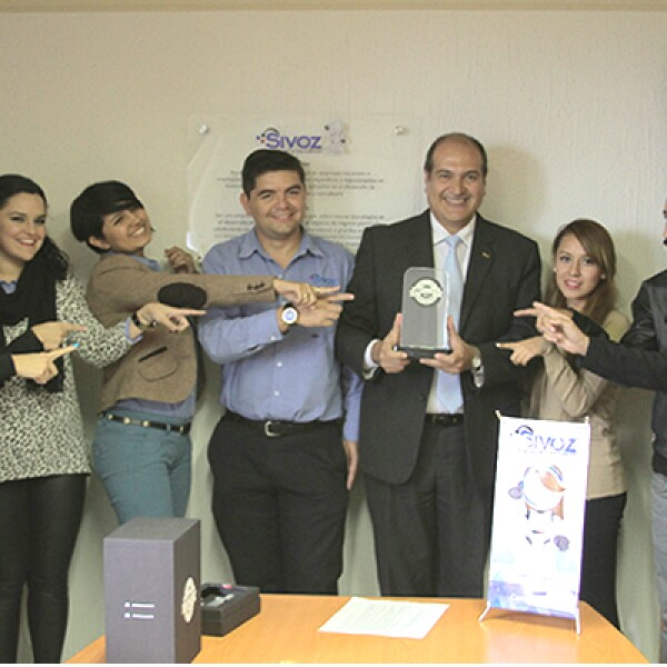 ¡Hasta Guanajuato! El director general de SiVoz México, Hugo Calderón, sostiene el reconocimiento y celebra con miembros de la firma de desarrollo de software. Su plataforma favorece la relación empresa-proveedor y es Mejor e-Business B2B de 2014.