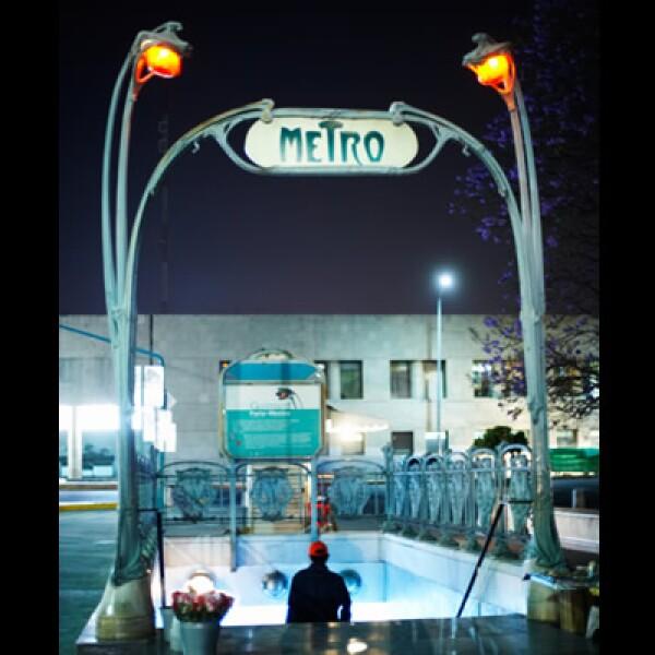 El costo del metro en la ciudad de México es de 2.50 pesos, y trabaja desde las 5:30 de la mañana hasta las 12 de la noche.