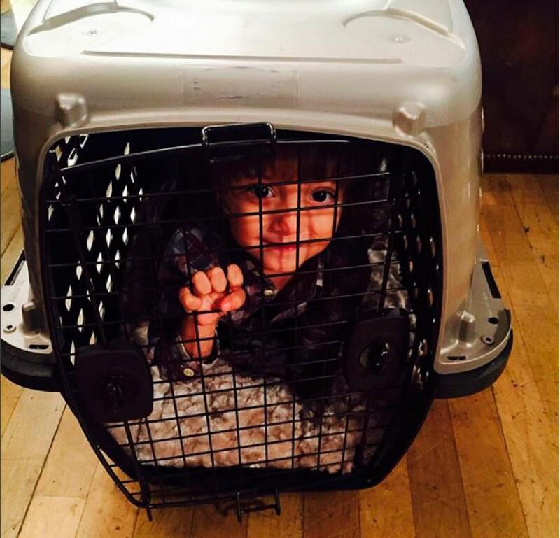 La actriz colombiana publicó una fotografía de un niño dentro de una jaula para mascotas, causando la indignación de numerosos seguidores y comentarios en su contra.