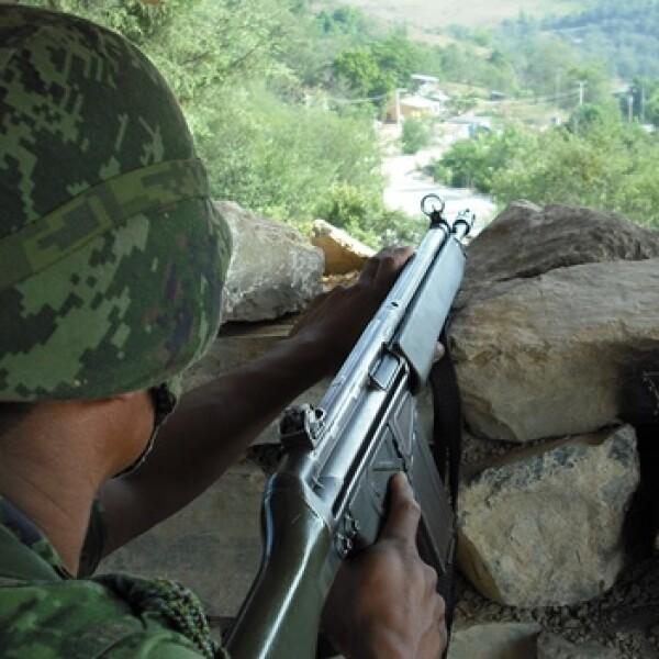 La guardia en los puestos de control permanece durante las 24 horas del día, los soldados resisten los climas cambiantes de la Huasteca hida