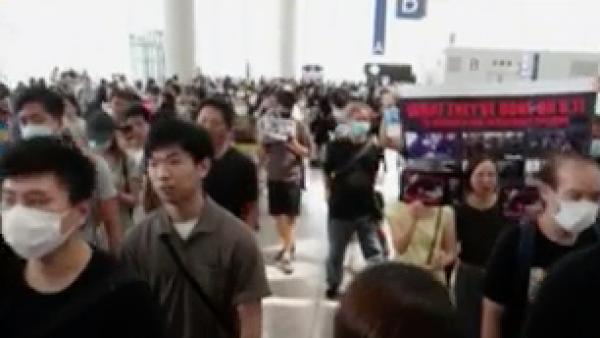 Manifestantes provocan cancelaciones en vuelos del aeropuerto de Hong Kong