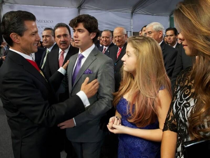 La primera dama usó un ligero vestido rosa pálido y saco de tweed en el primer informe de Enrique Peña Nieto.