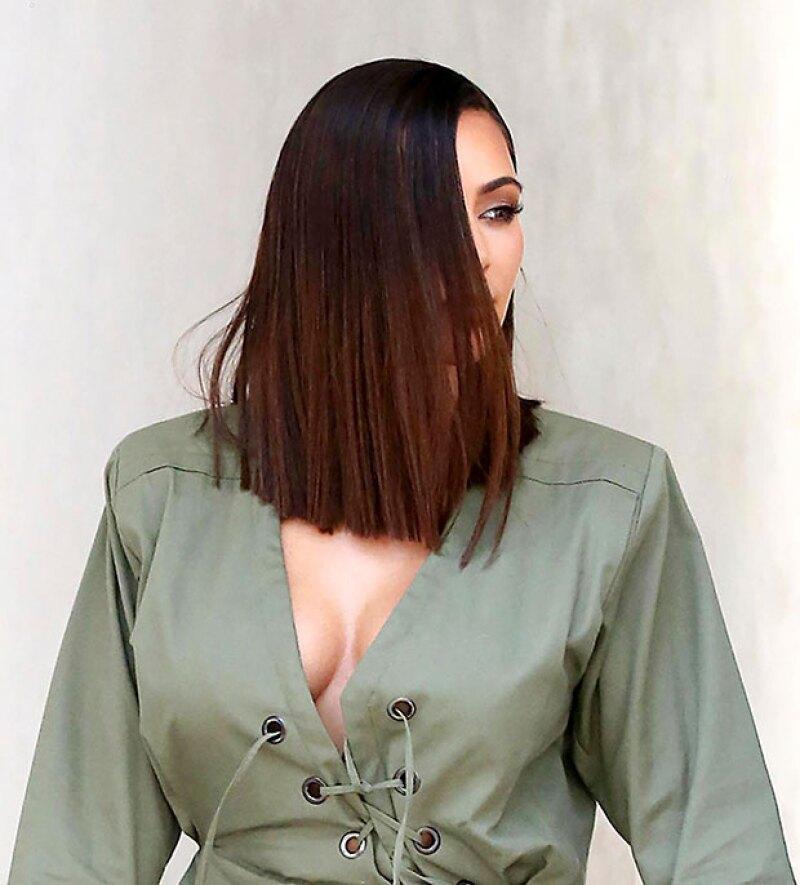 Aunque hace unos días sorprendió con un long bob asimétrico, la esposa de Kanye West asegura que su nuevo look es totalmente falso. ¡No lo podemos creer!