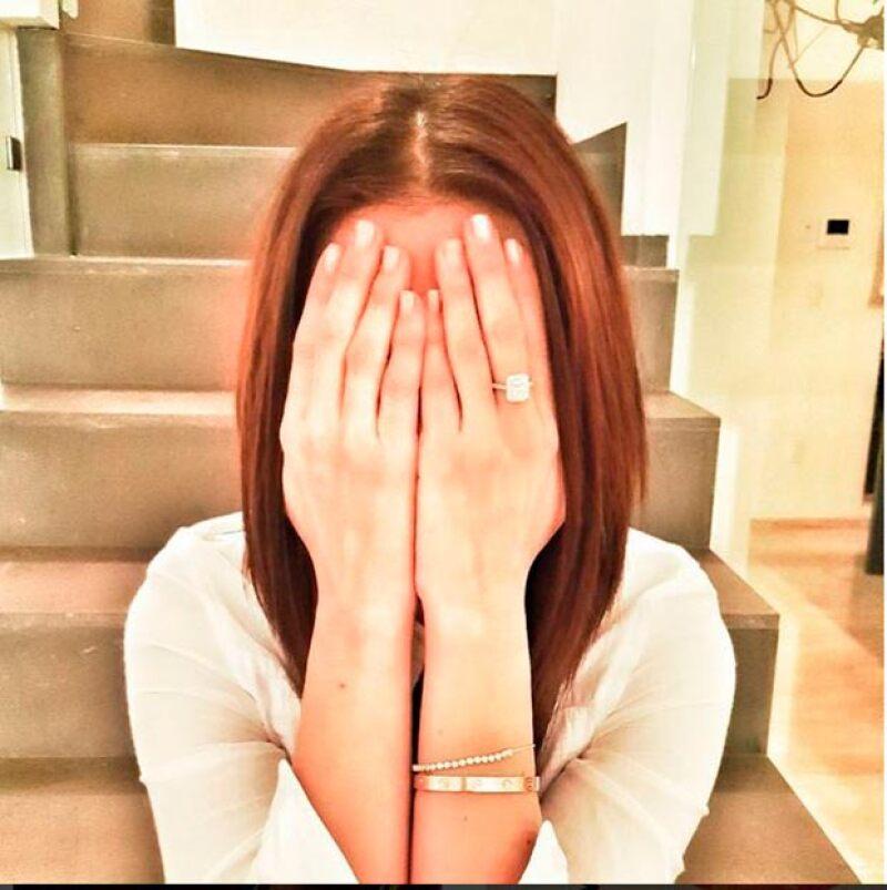 Emocionada, Claudia presumió su anillo en sus redes sociales.