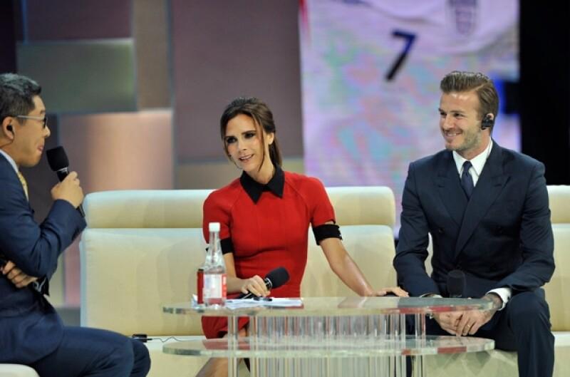 La diseñadora y el futbolista se encuentran en China donde fueron invitados a un programa de televisión, ahí, la también cantante aseguró que su esposo podría relevar a Daniel Craig.