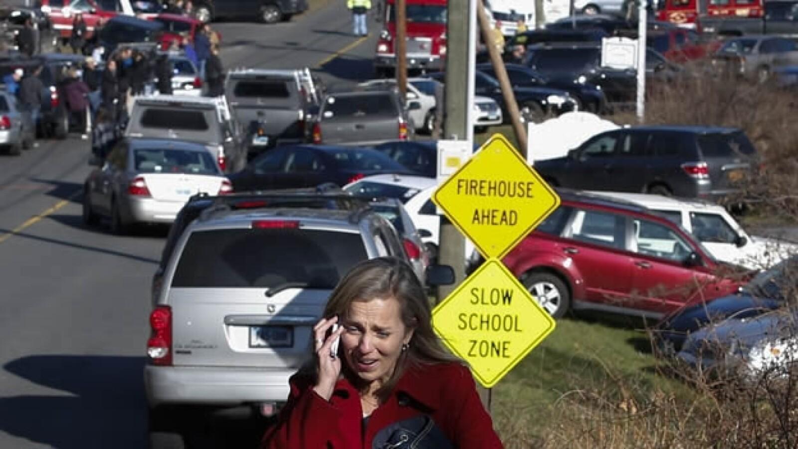 un mujer llora mientras habla por telefono