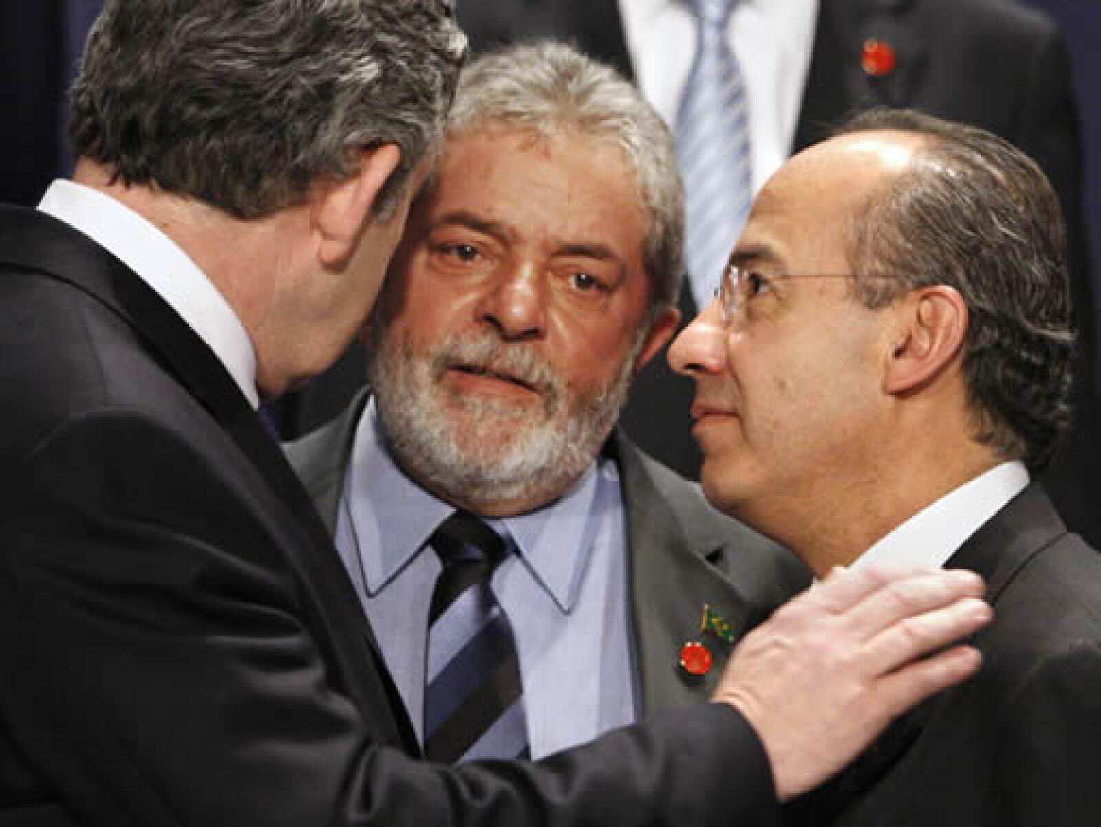El anfitrión de la cumbre, Gordon Brown (izq), mostró interés en conocer las posturas de los mandatarios de Brasil y México, Luiz Inacio Lula da Silva y Felipe Calderón, respectivamente, para solucionar la crisis mundial.