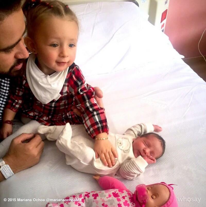Valentina, la primera hija de Mariana y Patricio, en un tierno momento con su hermanito Salvador.