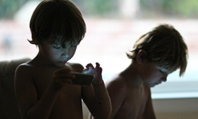Cuando los menores tienen un teléfono inteligente, básicamente tiene Internet en el bolsillo, lejos de la mirada de los padres. (Foto: Getty Images)