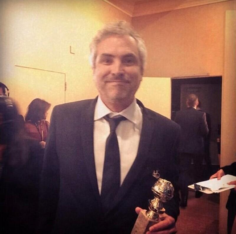 Alfonso Cuarón presumiendo su Globo de Oro.