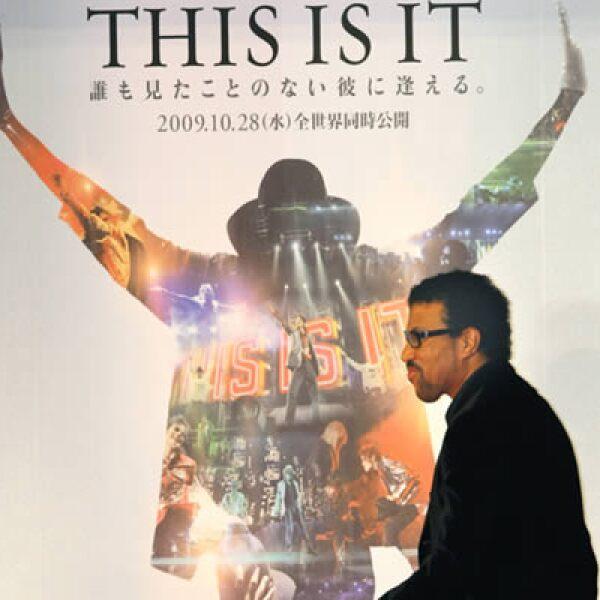 """El miércoles 28 fue el estreno mundial de """"This is it"""", película documental de Michael Jackson. Muchos admiradores del rey del pop de todo el mundo fueron vestidos como su ídolo. Aquí, el cantante estadounidense Lionel Richie llega al estreno de Tokio."""
