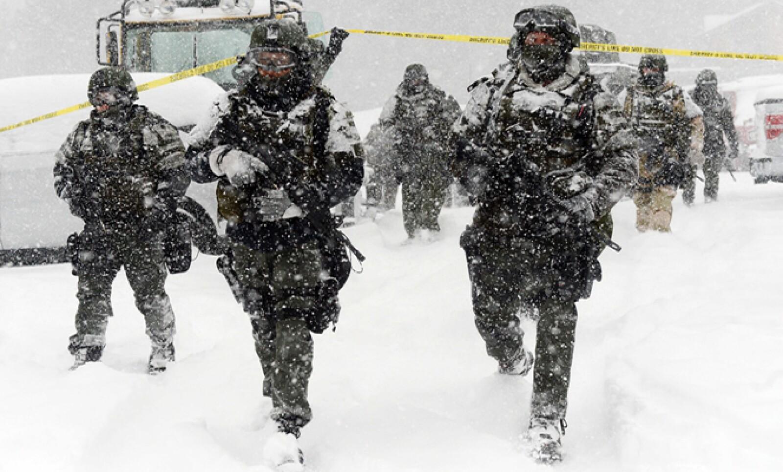 Se prevé que la tormenta afecte este viernes y sábado el noreste de Estados Unidos. Un equipo SWAT camina en la nieve.