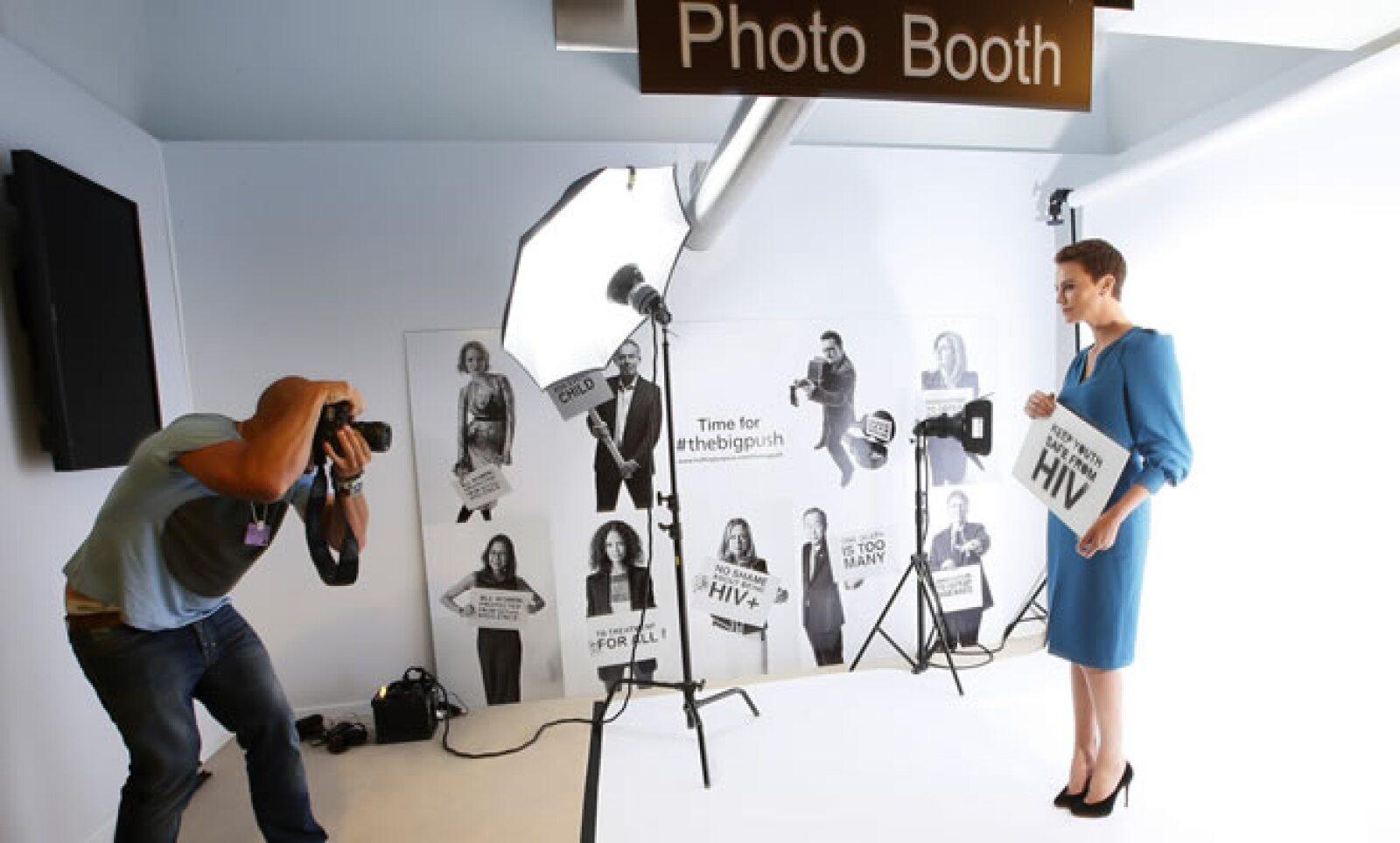 """La ganadora del Oscar y activista Charlize Theron participa en la campaña contra el VIH """"Global Fund's Big Push""""  en el marco del foro."""