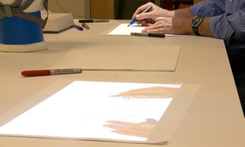 El IllumiShare se parece a una lámpara de escritorio que cuelga sobre una mesa de dibujo. (Foto tomada de CNNMoney)