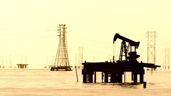 Una pipa trabaja en Maracaibo, Venezuela, uno de los países integrantes de la OPEP.