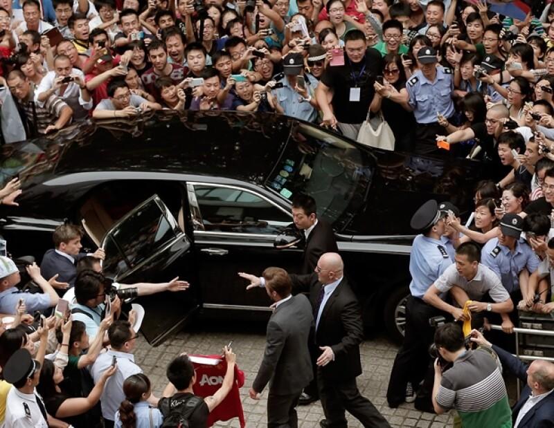 La multitud se reunió entorno al auto del ex futbolista