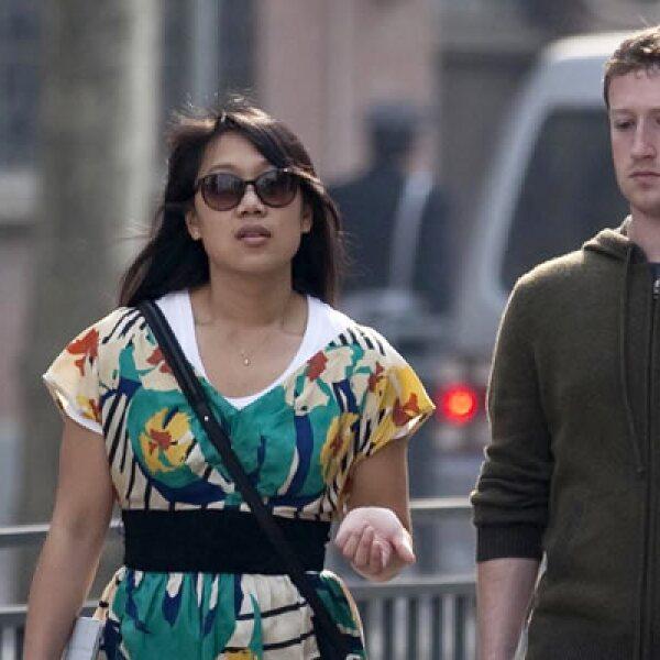 """Este 19 de mayo, el fundador y presidente de Facebook, Mark Zuckerberg, elevó su estatus a """"casado""""."""