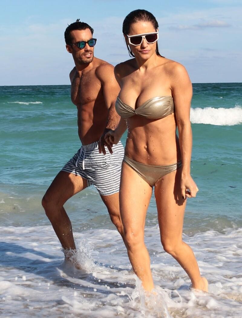 La pareja fue fotografiada disfrutando de una tarde solos en las aguas de Malibú. En las imágenes los vemos besándose apasionadamente y jugueteando en el mar.