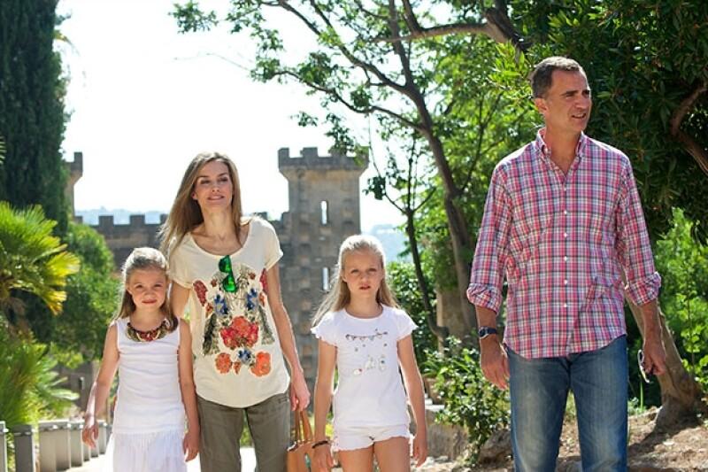 La hija mayor de los reyes Felipe y Letizia y su hermana Sofía volvieron al colegio luego del periodo vacacional de verano, las niñas y sus padres lucieron sonrientes a su llegada.
