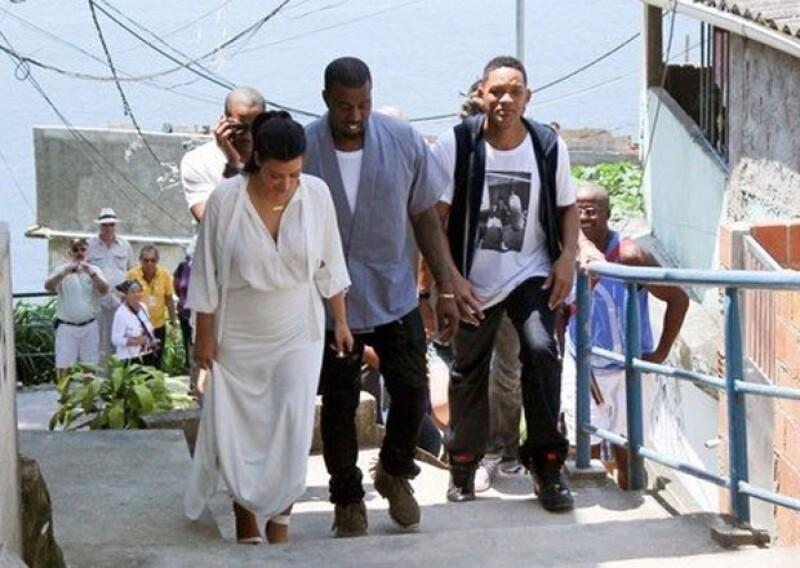Will Smith junto a Kim y Kanye visitando la favela Vidigal dentro de la ciudad.