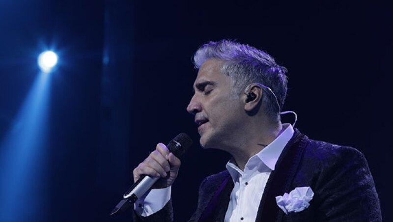 Después de la volcadura de su camineta en Zapopan, Jalisco, el cantante mexicano ofreció un show en Las Vegas, donde complació a sus fans pese a no estar totalmente recuperado.