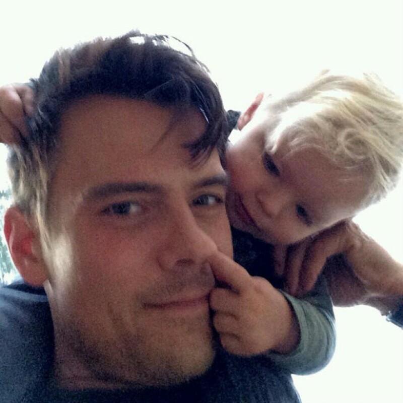 ¡Feliz cumpleaños! No hay mejor manera de festejar que con tu travieso hijo, ¿verdad, Josh?