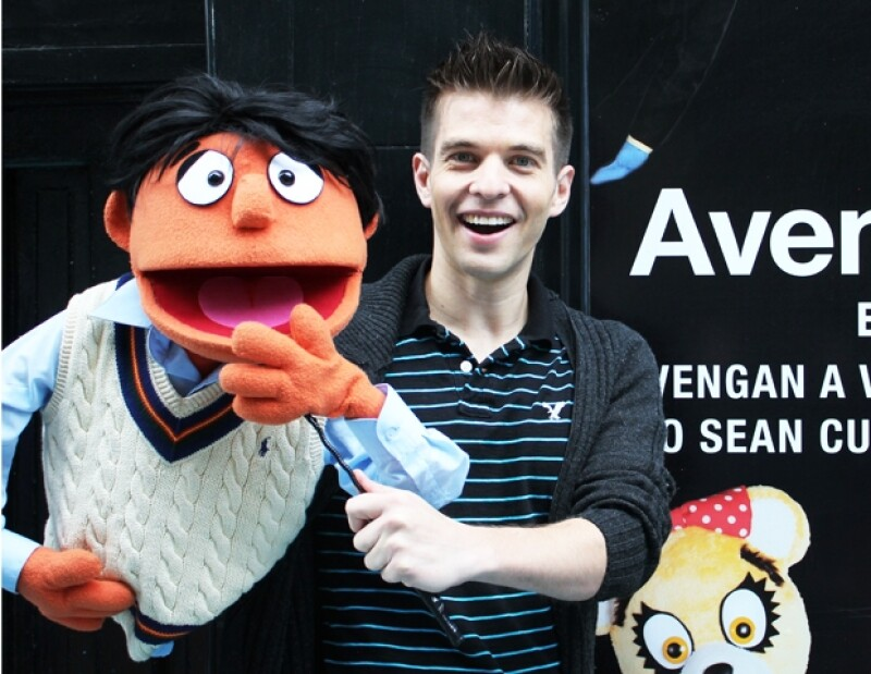 Mario Sepúlveda con Princeton, el puppet protagonista del musical.
