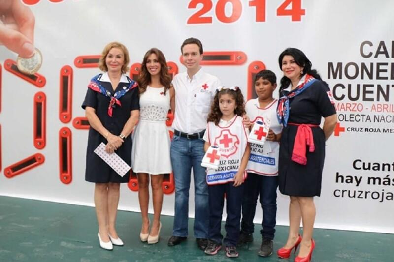 Leticia Coello, Anahí y Manuel Velasco con niños que ayudan en la colecta.