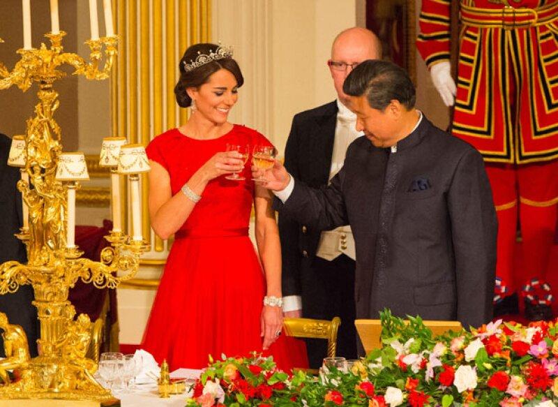 Para tan importante noche, la esposa del príncipe William no dejó nada al azar, eligiendo tanto su vestido como sus joyas para hacer homenaje a China, el país invitado, y a tres reinas británicas.
