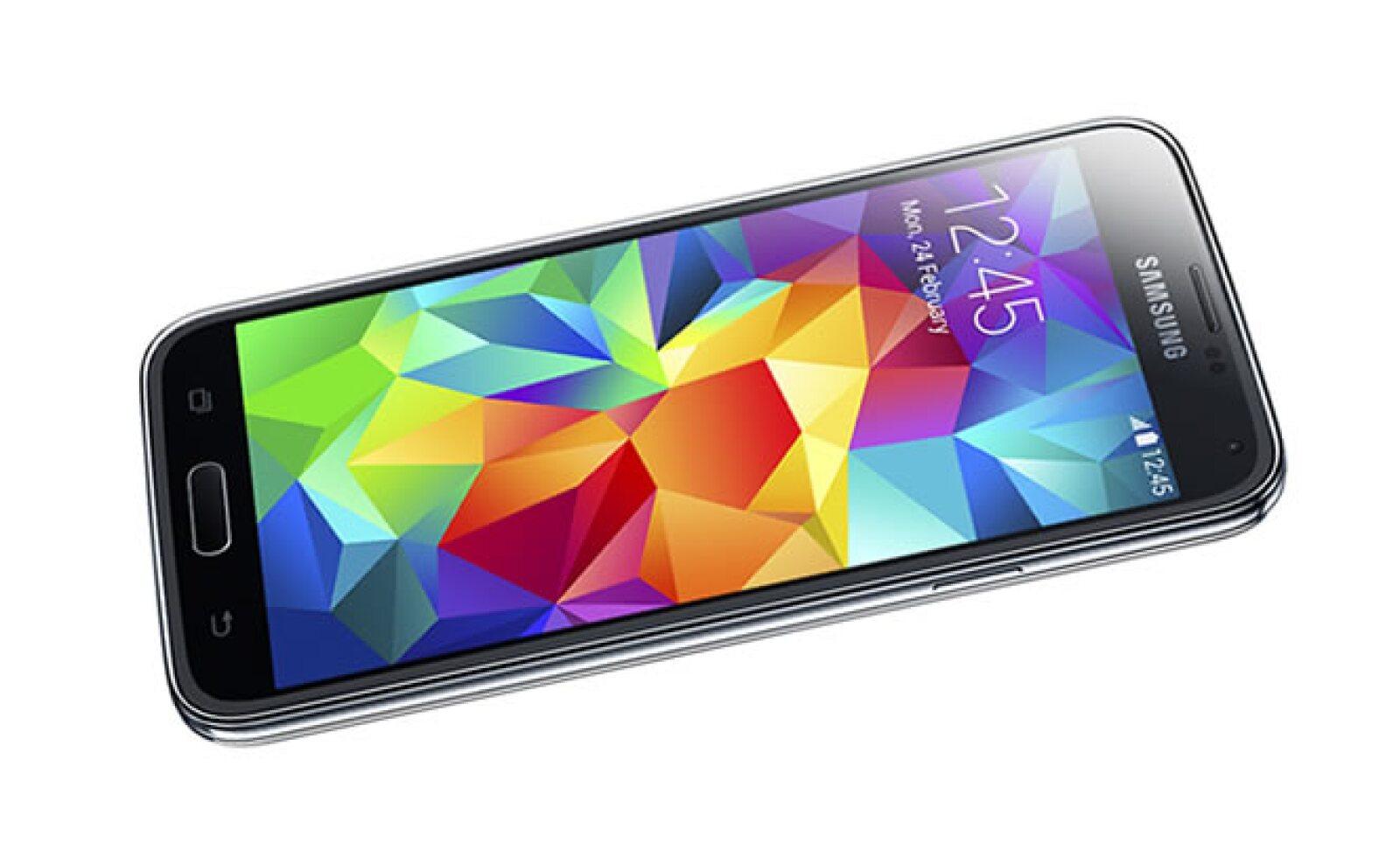 El móvil tiene una memoria RAM de 2 GB e interna de 16 y hasta 32 GB, aunque cuenta ranura microSD para hasta 64 GB.