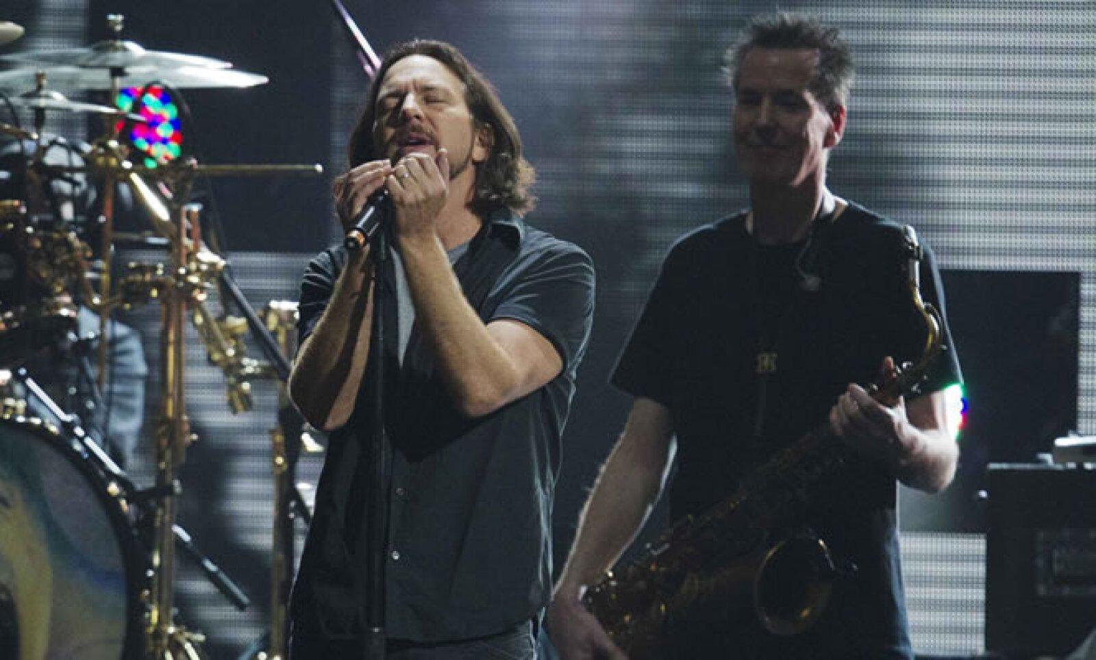 Eddie Vedder, vocalista de la banda Pearl Jam, se sumó a la presentación de Roger Waters para interpretar a dúo el éxito de  1979, 'Comfortably Numb'.