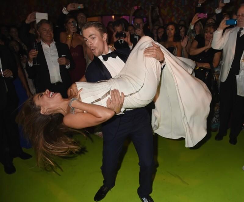 """La actriz de """"Modern Family"""" enseñó de más mientras Derek Hough la cargaba y le daba vueltas en la pista de baile."""