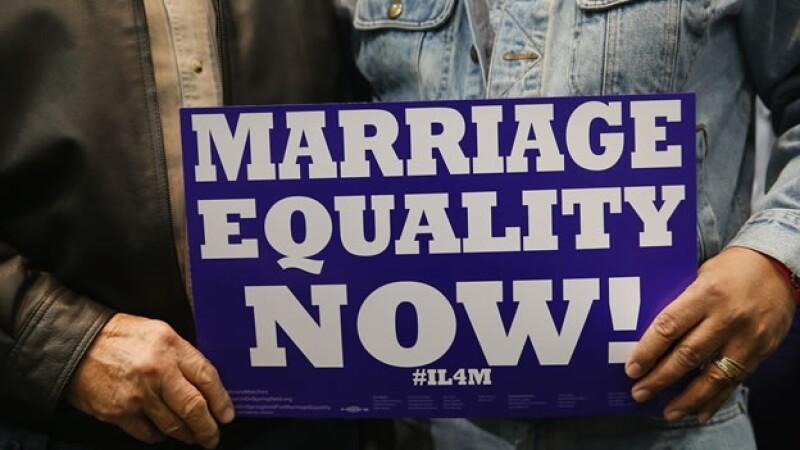 Dos personas muestran su apoyo al matrimonio entre homosexuales en Chicago, Illinois, en noviembre de 2013