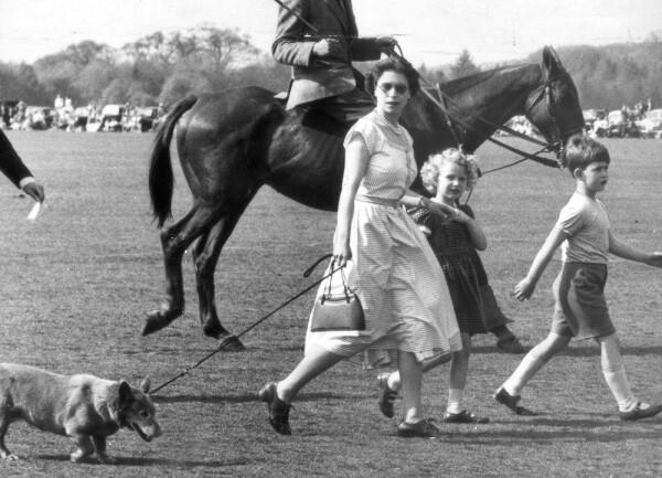 Reina Isabel II, princesa Ana y el príncipe Carlos