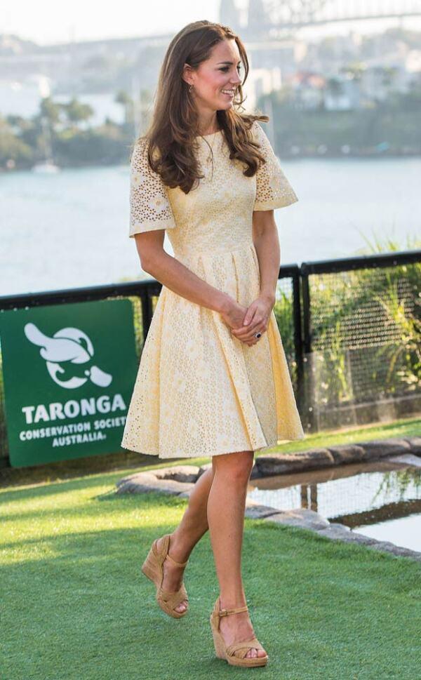 Kate Middleton ya sea con jeans o vestido usa las cuñas para complementar su look.