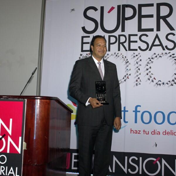 Eduardo Campos recibió el reconocimiento a nombre de Kraft Foods, primer lugar de las empresas con más de 500 empleados.