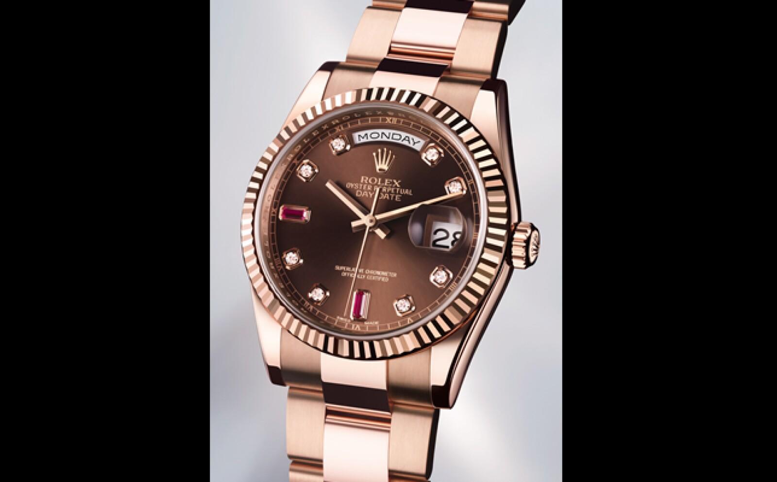 Desde su creación en 1956 este reloj fue el primero en desplegar de manera completa el nombre del día de la semana en una sola ventana, toda una revolución en la industria relojera. Esta vez se presenta en oro rosa llamado Everose. Su calibre es automátic