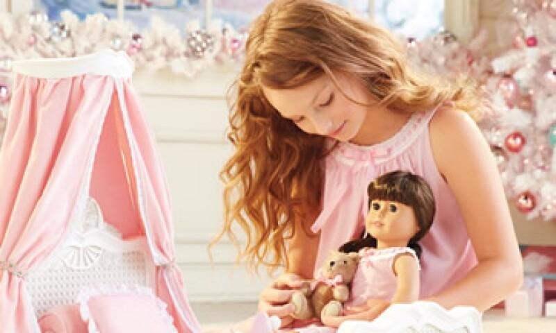 Las boutiques ofrecerán también una selección de vestidos populares para muñecas y niñas. (Foto: Tomada de americangirl.com )