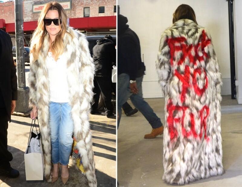 """La menor de las hermanas salió a caminar por las calles de  New York con un abrigo imitación piel que llevaba grabada con aerosol en color rojo la leyenda """"FXCK YO FUR"""""""