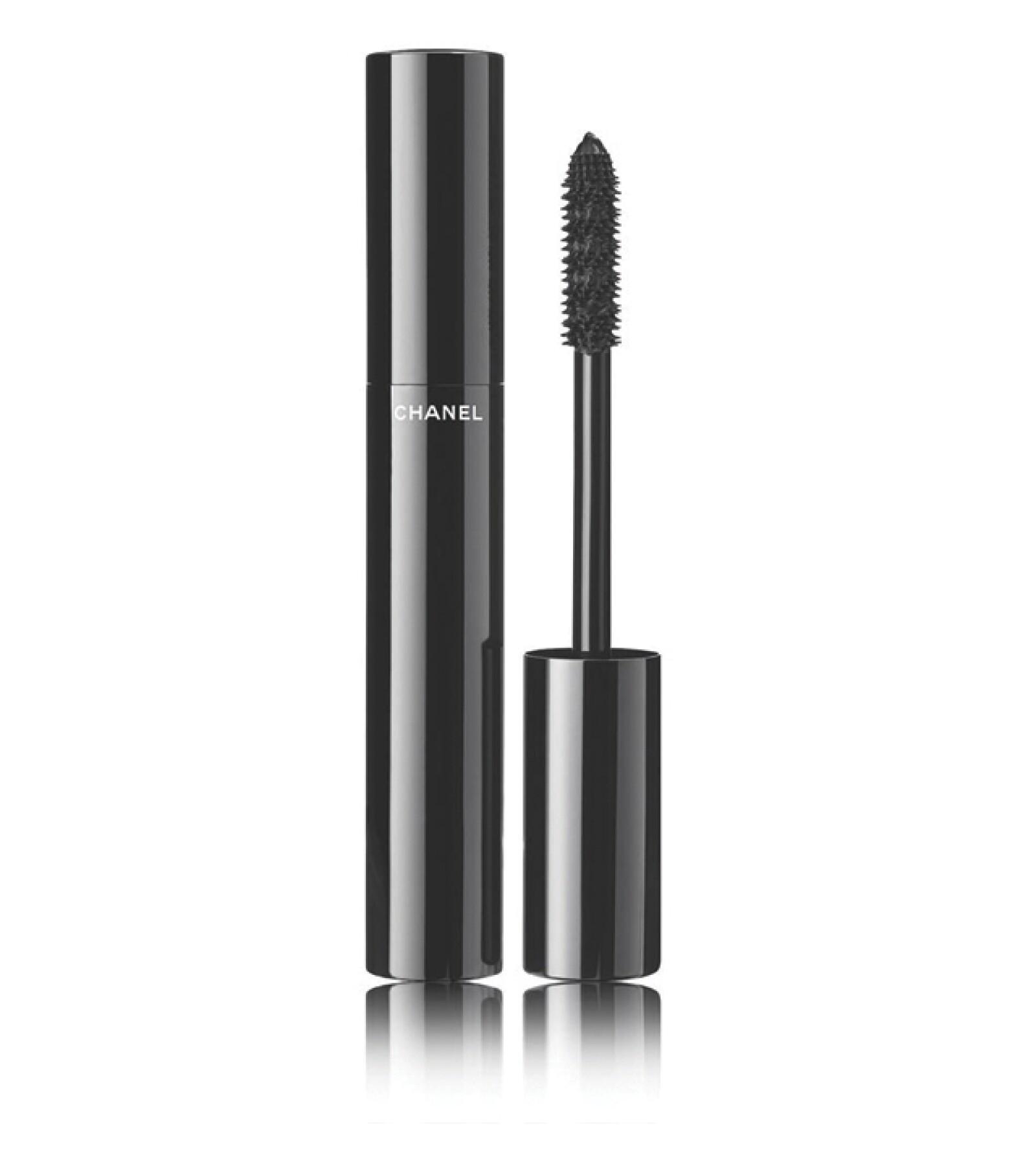 Chanel: Le Volume Ultra Noir. Una mascara súper intensa que acentúa las pestañas creando un trazo de khôl. Boutiques Chanel. Precio en punto de venta.