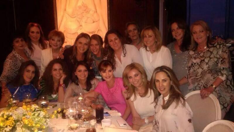 Chantal con sus invitadas, entre las que se encontraban Lucero y Angélica Rivera.