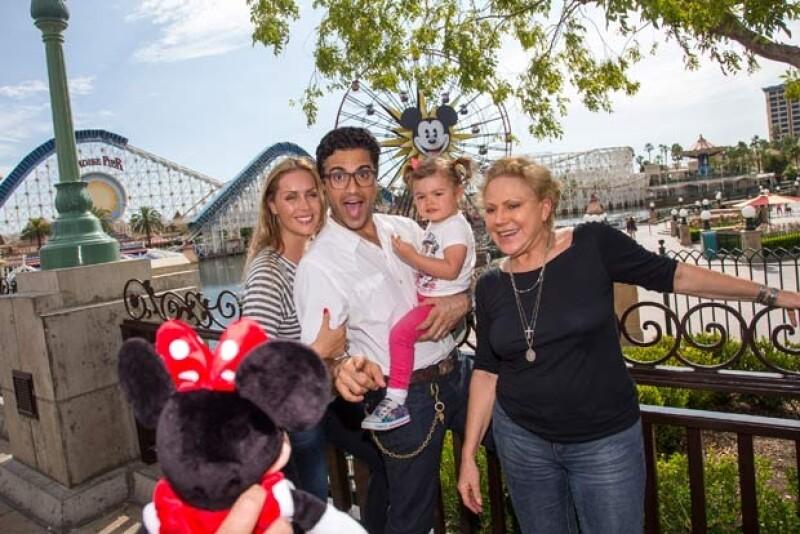 El actor mexicano, su esposa Heidi Balvanera, la pequeña Elena y la abuela Cecilia, pasaron inolvidables momentos en el famoso parque de diversiones.
