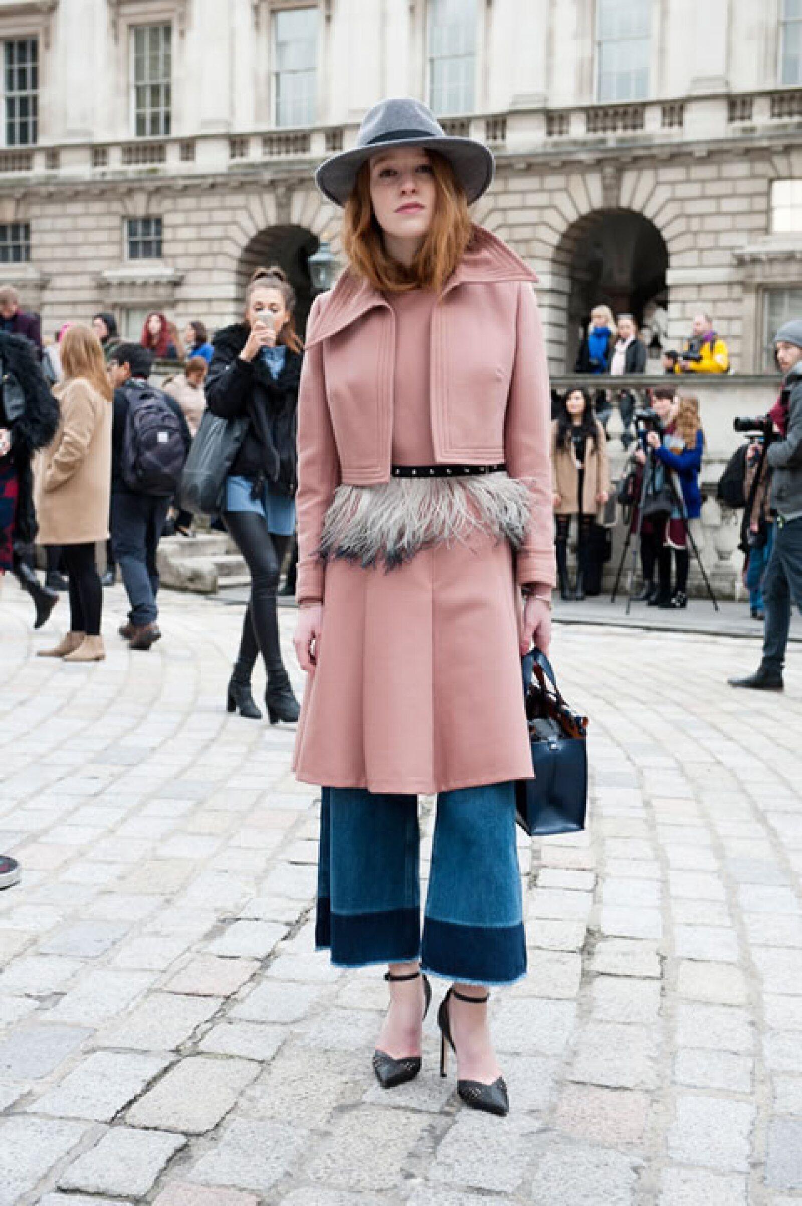 ¿Falda sobre culotte? Sí, este look sería uno de los consentidos de la Man Repeller.